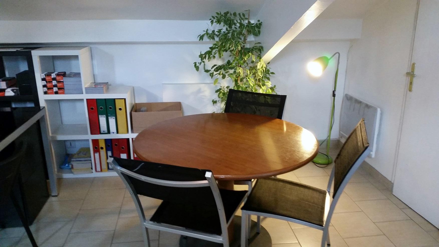 leboncommerce.fr-table-de-réunion-négocier-votre-matériel